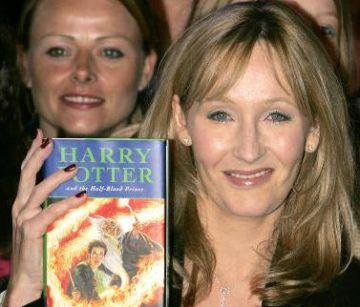 Britská autorka J.K. Rowling drží výtisk své knížky Harry Potter a Princ dvojí krve.
