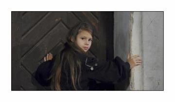 Helenka Nováčková v roli Saxanky během natáčení filmu režiséra Václava Vorlíčka Saxana, který bude volným pokračováním rodinného filmu Dívka na koštěti. Snímek bude kombinovat živou akci herců s animovanými pasážemi. Ve filmu nyní již bývalá žákyně čarodějnické školy Saxana (Petra Černocká) žije ve světě lidí. Šťastně se provdala za svou první lásku Honzu Bláhu (Jan Hrušínský) a společně s dcerou Saxankou obývají velkou rodinnou vilu, dědictví po prarodičích.