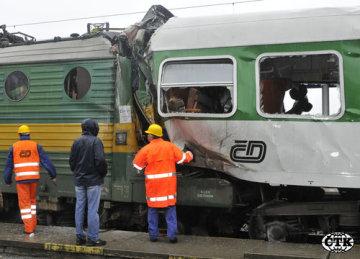 Při srážce lokomotivy a osobního vlaku v Moravanech na Pardubicku zahynul 19. května strojvedoucí. Podle předběžných informací lokomotiva společnosti ČD Cargo narazila do osobního vlaku, který stál na vlakové zastávce.
