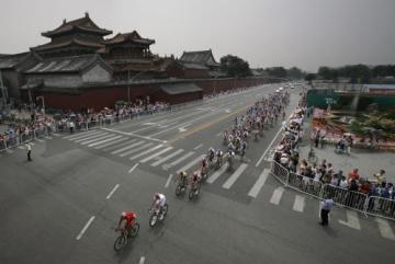 Cyklisté v pelotonu během silničního závodu v Pekingu.