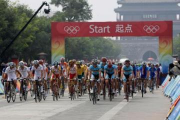 Start olympijského pelotonu v Pekingu.