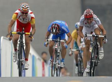 Finiš cyklistického olympijského závodu, vlevo vítězný Španěl Samuel Sanchez, vpravo druhý Ital Davide Rebellin.