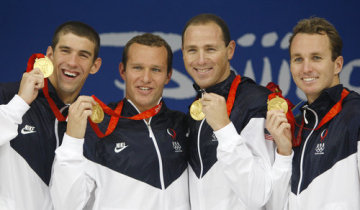 Americká štafeta ve složení zprava: Aaron Peirsol, Jason Lezak, Brendan Hansen a Michael Phelps vyhrála na olympiádě v Pekingu polohový závod na 4x100 metrů.