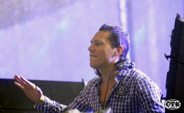 Nizozemský DJ Tiësto, vlastním jménem Tijs Verwest, byl hlavní hvězdou tanečního festivalu Mácháč 2008, který se konal v noci z 22. na 23. srpna u Máchova jezera v Doksech na Českolipsku.