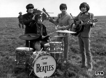 lenov skupiny Beatles John Lennon, Ringo Starr, Paul McCartney a George Harrison na nedatovanm archvnm snmku. 