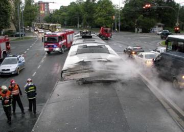 V Plzni začala 11. května ráno hořet tramvaj (na snímku její střecha). Cestujícím se podařilo včas vystoupit, nikdo nebyl zraněn. Oheň způsobil škodu předběžně odhadnutou na 9,9 milionu korun, pravděpodobnou příčinou požáru byla technická závada na elektroinstalaci. Kvůli požáru byly asi na dvě hodiny mimo provoz tramvaje v obou směrech na části linky číslo 4.