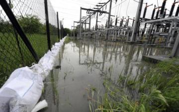 Stoupající voda ohrožuje důležitou rozvodnu elektřiny v Bohumíně na Karvinsku. Velká část města by jejím odpojením přišla o energii. V současné době stále rozvodna funguje. Dokud bude pro hasiče i pracovníky ČEZ bezpečná, budou ji držet co nejdéle v provozu.
