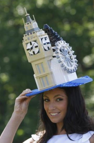 Slavný dostihový mítink Royal Ascot se u dam neobejde bez náležitě okázalé a šokující pokrývky hlavy. Dáma na snímku má na hlavě klobouk v podobě Big Benu, hodinové věže Westminsterského paláce v Londýně.