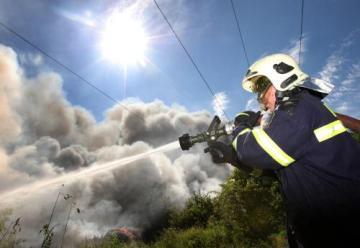 V průmyslové zóně v Tušimicích u Kadaně na Chomutovsku hořela 17. června hromada starých pneumatik. K nebi stoupal vysoký sloup černého dýmu. Na místě zasahovalo 12 jednotek hasičů. Skládka podle nich bude hořet až do rána. Škoda přesáhne milion korun. Příčinou by mohla být chybná manipulace s vysokozdvižným vozíkem.