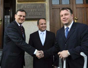 Bývalý ministr Vladimír Tošovský (uprostřed) uvedl 14. července za účasti premiéra Petra Nečase do funkce ministra průmyslu a obchodu Martina Kocourka (vpravo).