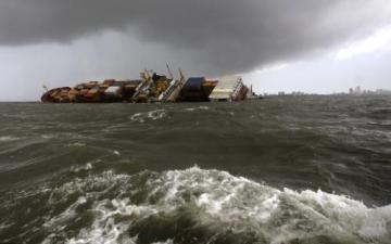 Panamská loď na dopravu kontejnerů se srazila s jinou nákladní lodí poblíž indického přístavu Bombaj