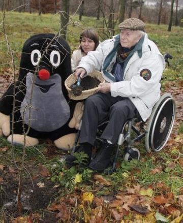 Český kreslíř Zdeněk Miler, autor postavy Krtečka a dalších zvířecích postaviček ze série kreslených filmů, zasadil 23. listopadu v pražské Botanické zahradě v Tróji v doprovodu své dcery stromek v rámci projektu Kořeny osobností.