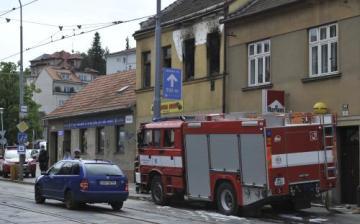 Při požáru rodinného domu 14. května v brněnské Horově ulici zahynul člověk. Po uhašení plamenů našli uvnitř zasahující jednotky hasičů ohořelé tělo muže. Příčina požáru zatím není známa.
