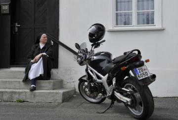 Žehnání motorkářům a jejich strojům se konalo 14. května před bazilikou sv. Vavřince a sv. Zdislavy v Jablonném v Podještědí na Liberecku. Na snímku jeptiška sleduje žehnání před bazilikou.