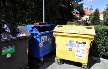 Kontejnery pro tříděný odpad.