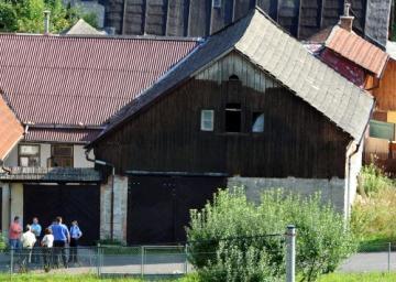 Dům (vpravo) v obci Široký Důl na Svitavsku, kde byla 2. září nalezena těla čtyř mrtvých dětí.