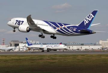 Letoun 787 Dreamliner firmy Boeing vyrazil v barvách japonských aerolinek ANA s 264 pasažéry na svou první cestu, a to z Tokia do Hongkongu.