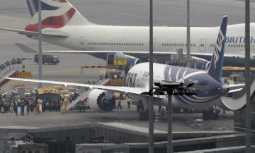 Nový stroj firmy Boeing, letoun 787 Dreamliner, dnes úspěšně absolvoval svou první komerční cestu, na niž se vydal z Tokia do Hongkongu. Letadlo v barvách japonských aerolinek ANA s 264 pasažéry na palubě trasu absolvovalo za čtyři hodiny a osm minut. Na snímku z hongkongského letiště cestující po schůdkách opouštějí letadlo.
