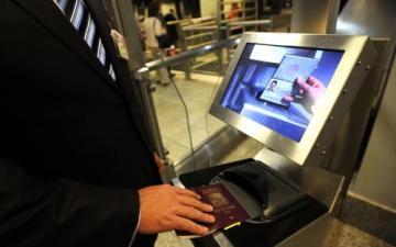 Na letišti Praze-Ruzyni byla 5. prosince uvedena do provozu samoobslužná brána e-gate pro občany EU, kteří jsou držiteli biometrického pasu a jejichž skutečná podoba odpovídá podobě v cestovním dokladu.