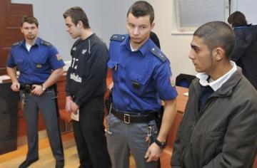 Marjan Bilič (druhý zleva) a Ivan Vavrek (vpravo) obvinění z vydírání bezdomovce stanuli 4. ledna před brněnským městským soudem. Seniora podle policejního spisu loni v Brně nutili jíst pepř, pít olej, pálili jej nažhavenou lžící a jinak mučili, aby z něj dostali jeho důchod.