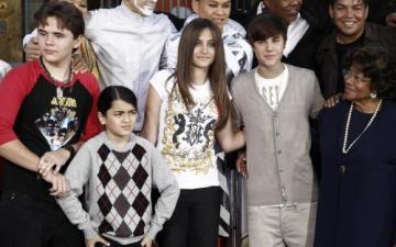 Nesmrtelnou památku na svého otce, zesnulého zpěváka Michaela Jacksona, vetkly ve čtvrtek do betonu jeho tři děti. Na nádvoří čínského divadla Grauman v Hollywoodu otiskly jeho slavnou rukavici a boty, napsala dnes agentura Reuters. Na snímku zleva Prince Jackson, Blanket Jackson, Paris Jacksonová, Justin Bieber a Katherine Jacksonová.