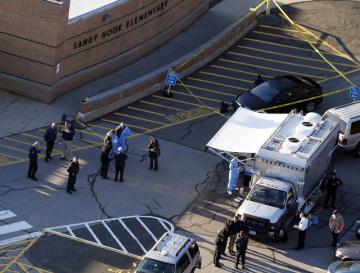 Při střelbě v základní škole v Newtownu v americkém státě Connecticut dnes přišlo o život 20 dětí, šest dospělých a útočník.