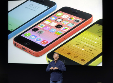 Phil Schiller z amerického technologického gigantu Apple představuje nový iPhone 5c.