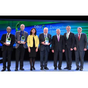 DBU (Deutsche Bundestiftung Umwelt) udělovala ceny za ochranu životního prostředí (zleva): Prof. Dr. Mojib Latif, Prof. Dr. Johan Rockström, Rita Schwarzeluehr-Sutterová, Prof. em. Dr. Michael Succow, prezident Joachim Gauck, Johannes Remmel a Dr. Heinrich Bottermann