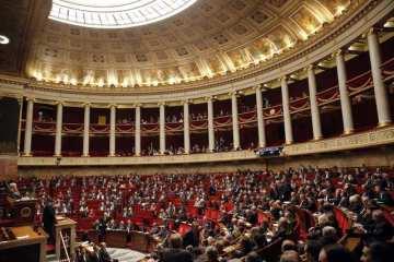 Francouzské Národní shromáždění jedná o návrzích na změny ústavy.
