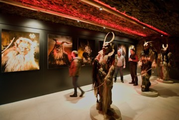 Galerie Krampus v Kaplici na Českokrumlovsku (na snímku z 11. února) rozšířila svou expozici věnovanou horským strašidlům o několik nových exponátů. K vidění jsou masky a kostýmy, dále videa a fotografie horských démonů.