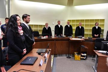 Hlavní obžalovaná v procesu se členy neonacistické skupiny Národněsocialistické podzemí (NSU) Beate Zschäpeová (vlevo) u soudu v Mnichově.