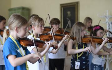 Mladí houslisté trénovali 13. července 2018 v Praze na workshopu výuky hry japonskou Suzukiho metodou, podle které se učí hrát na housle a další hudební nástroje tisíce dětí po celém světě.