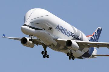Nákladní letoun letoun Airbus BelugaXL během prvního zkušebního letu  u francouzského města Toulouse.