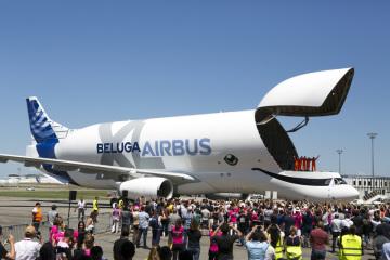 Nákladní letoun letoun Airbus BelugaXL po prvním zkušebním letu  u francouzského města Toulouse.