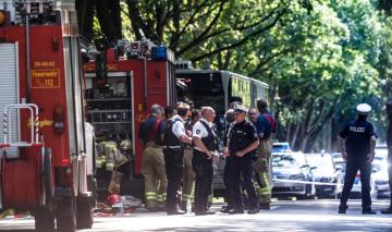 Policisté zasahují v německém Lübecku, kde v autobuse útočil muž ozbrojený nožem.