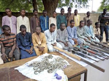 Nigerijská policie ukázala muže, kteří podle ní patří k bojovníkům ze skupiny Boko Haram.