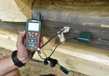 V rožnovském Valašském muzeu v přírodě začala 6. srpna 2018 termosanace Chalupy z Prlova. Jde o tepelné ošetření dřeva kvůli likvidaci dřevokazných škůdců. Na snímku pracovník specializované firmy měří teplotu trámů.