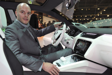 Designér mladoboleslavské Škodovky Peter Olah ve voze Škoda Vision na desátém ročníku Autosalonu v Brně na snímku z 3. června 2011.