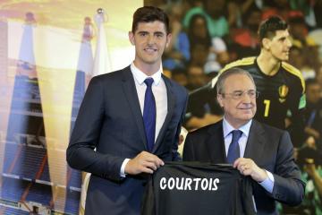 Fotbalový brankář Thibaut Courtois (vlevo) a prezident Realu Madrid Florentino Perez.