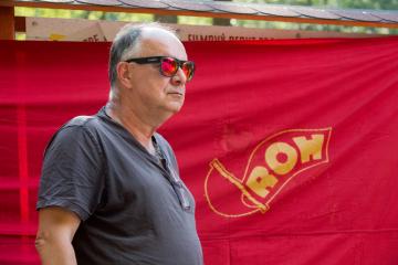 Herec, filmový producent a režisér Ondřej Trojan (na snímku) odhalil 9. srpna 2018 v Miřetíně na Chrudimsku spolu s dalšími tvůrci turistickou informační ceduli připomínající natáčení jeho kultovního filmu Pějme píseň dohola.
