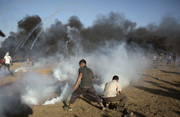 Při protestech v Pásmu Gazy u hranice s Izraelem dnes izraelští vojáci zabili dva Palestince. Dalších 170 osob utrpělo zranění.
