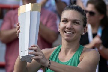 Rumunská tenistka Simona Halepová s trofejí za vítězství na turnaji v Montrealu.