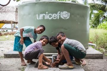 UNICEF (Dětský fond OSN) trvale působí ve více než 190 zemích světa. Na fotce vodní nádrž od UNICEF ve vesnici Taniau na ostrově Kiribati v Tichém oceánu. © UNICEF/Sokhin