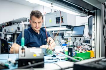 Viktor Žalud pracuje jako hardwarový vývojář a metrolog v Siemens Advanta devět let. V zaměstnání si pochvaluje neustále přicházející nové výzvy, kvalitu nadřízených, celkově úžasnou atmosféru, firemní benefity a možnost najít si odpovídající rovnováhu mezi profesí a soukromým životem.