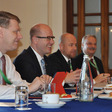 Zleva český státní tajemník pro evropské záležitosti Tomáš Prouza a premiér Bohuslav Sobotka 12. listopadu ve Vallettě před jednáním V4 na pozadí summitu EU-Afrika o migraci.