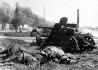 Snímek z bojů na východní frontě  - z německého válečného zpravodajství  - opatřený pouze textem v souladu se zásadami goebbelsovské  válečné propagandy a datem distribuce pro tisk. Bližší údaje chybí. Na sn.Tanky pancéřové divize Grossdeutschland zahnaly nepřítele na útěk - 25.8.1944.