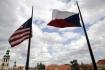 Ilustrační foto - Česká (ČR) a americká (USA) vlajka před Černínským palácem v Praze.