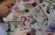 Ilustrační foto - Britské libry, americké dolary  a bankovky dalších měn. Ilustrační foto.