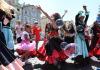 Průvod účinkujících festivalu romské kultury Khamoro prošel 2. června 2017 centrem Prahy.
