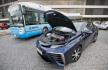 Ilustrační foto - Automobil Toyota Mirai jezdící na vodík a autobus poháněný vodíkem si mohli prohlédnout novináři 10. července před pražským Kongresovým centrem, kde se do 12. července koná mezinárodní konference věnovaná vodíkové energetice.